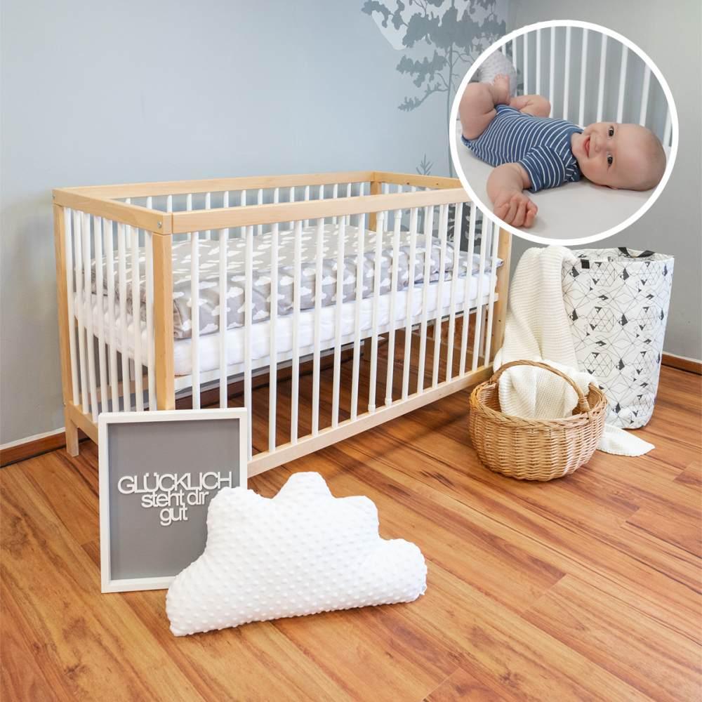 Alcube 'Toni' Babybett 60x120cm, natur/weiß, Buche massiv, umbaubar, mit Schlupfsprossen und Matratze Bild 1