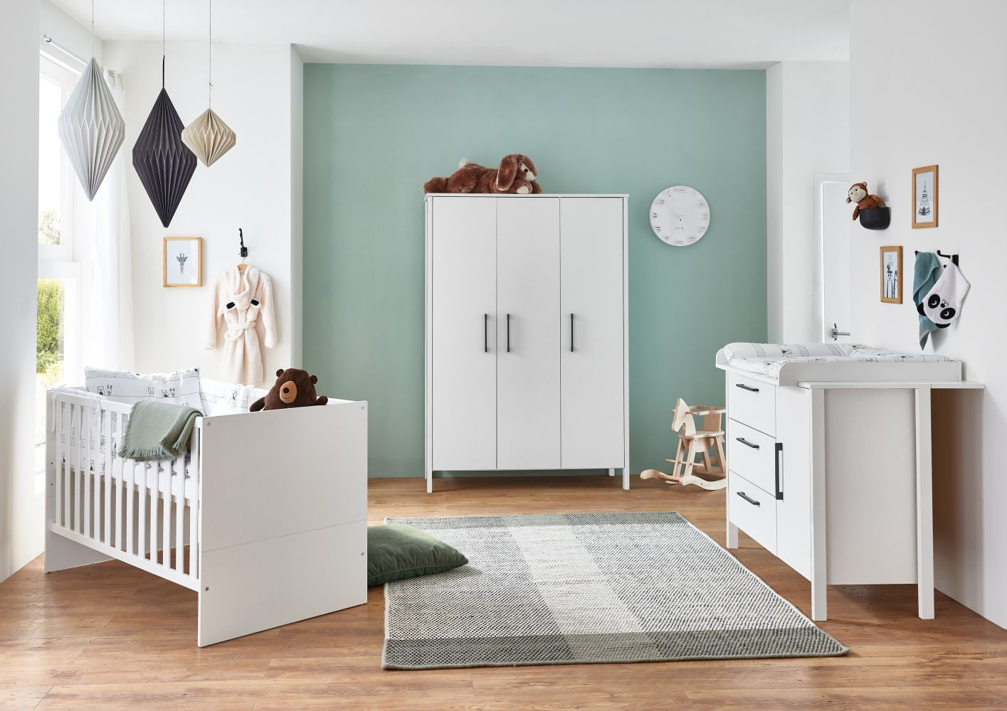 Arthur Berndt 'Kiara' Babyzimmer Komplettset 3-teilig, Kinderbett (70 x 140 cm), Wickelkommode mit Wickelaufsatz und Kleiderschrank Weiß Bild 1