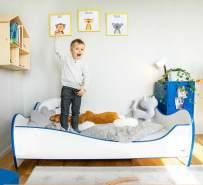 Alcube 'Swinging Blue Edge' Kinderbett 140 x 70 cm mit Rausfallschutz inkl. Lattenrost und Matratze, weiß