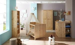 Ticaa 'Moritz' 4-tlg. Babyzimmer-Set Kiefer, natur, aus Bett 70x140 cm, Wickelkommode inkl. Anstellregal, Kleiderschrank und Standregal