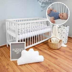 Alcube 'Toni' Babybett 60x120cm, weiß, Buche massiv, umbaubar, mit Schlupfsprossen und Matratze