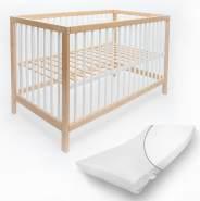 Alcube 'Toni' Babybett 70x140cm, natur/weiß, Buche massiv, umbaubar, mit Schlupfsprossen, Matratze und mit Schublade