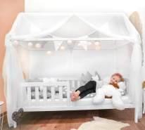 Alcube 'Heim' Hausbett 80 x 160 cm, Kiefer weiß, inkl. Rolllattenrost, Rausfallschutz, Matratze und Deko-Set