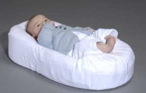 COCOONaBABY ergonomisch geformtes Bettnest weiß, inkl. Bezug, Bauchgurt, Knierolle