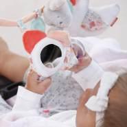 Fehn 062113 Kinderwagenkette Schwanensee | Mobile-Kette mit niedlichen Figuren zum Aufhängen an Kinderwagen, Babyschale oder Kinderbett | Für Babys und Kleinkinder ab 0+ Monaten | Länge: 45cm