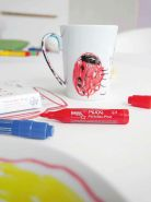 Kreul 27157 - MUCKI Porzellan Pirat, Porzellanmalstifte für Kinder, für individuelle Kunstwerke auf Tassen und Tellern, Strichstärke 2 - 5 mm, 5 Stifte in gelb, rot, blau, grün und schwarz