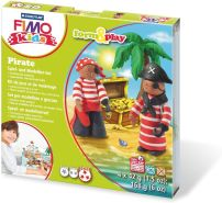 Staedtler 8034 13 LY Fimo kids form&play Set Pirate (superweiche, ofenhärtende Knete, kinderleichte Anleitung, wiederverschließbare Box, Set mit 4 Fimo Blöcken, 1 Modellierstab und 1 Spielkulisse)