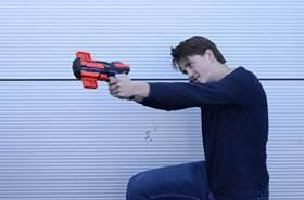 Tack Pro Clip I Spielzeugblaster mit Magazin 6 Darts und Geräusch am Blaster und zwei Zielobjekte