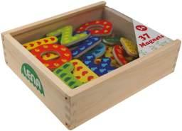 Lena 65823 Magnet Holzkiste, mit 37 magnetischen Holzbuchstaben in verschließbarer Kiste, Magnetbuchstaben Set für Kinder ab 3 Jahre, ABC Alphabet Buchstaben aus Holz, Mehrfarbig